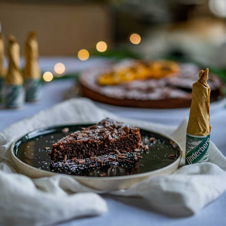 Chocolate gingerbread tart with caramelized Underberg oranges