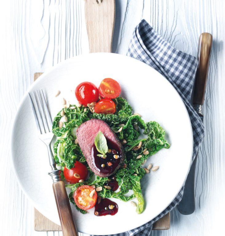Dyreryg med pebersovs og savojkålgrøntsager