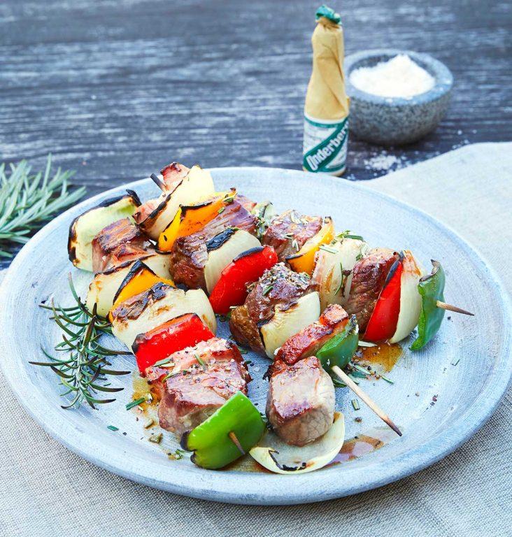 Grillete roastbeef-spyd med paprika, bacon og løk