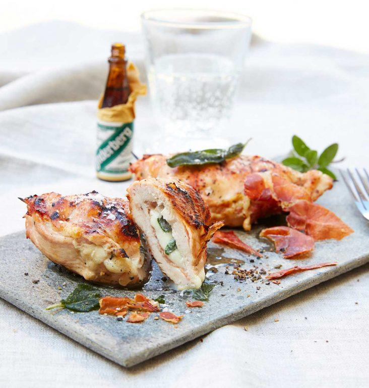Grillete kyllingbryst med mozzarella-parmaskinke-salvie-fylling