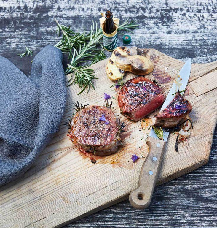 Grillet oksefiletstek med bacon og rosmarin