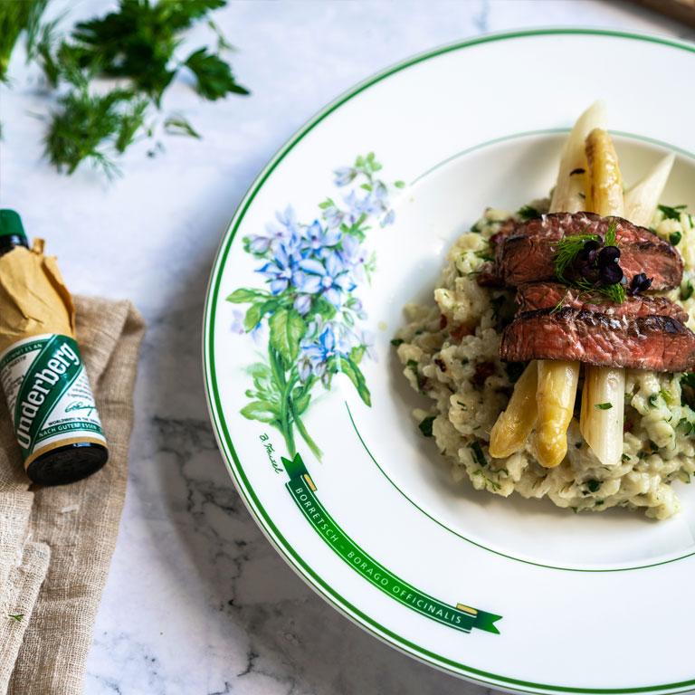 Kräuter-Speck-Risotto mit weißem Spargel und Rindfleischstreifen
