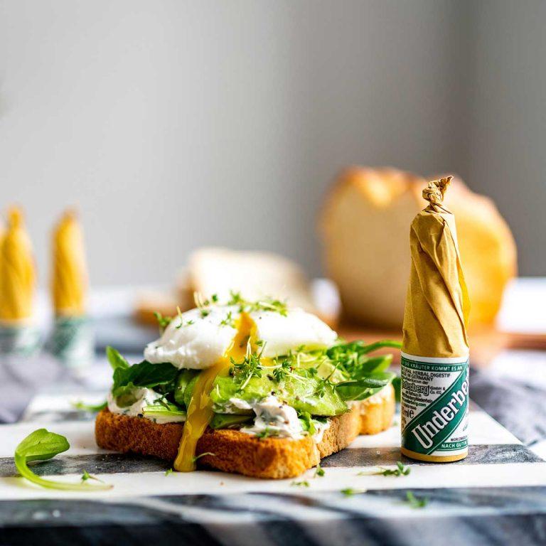 Avocado-Underberg Toast mit pochiertem Ei