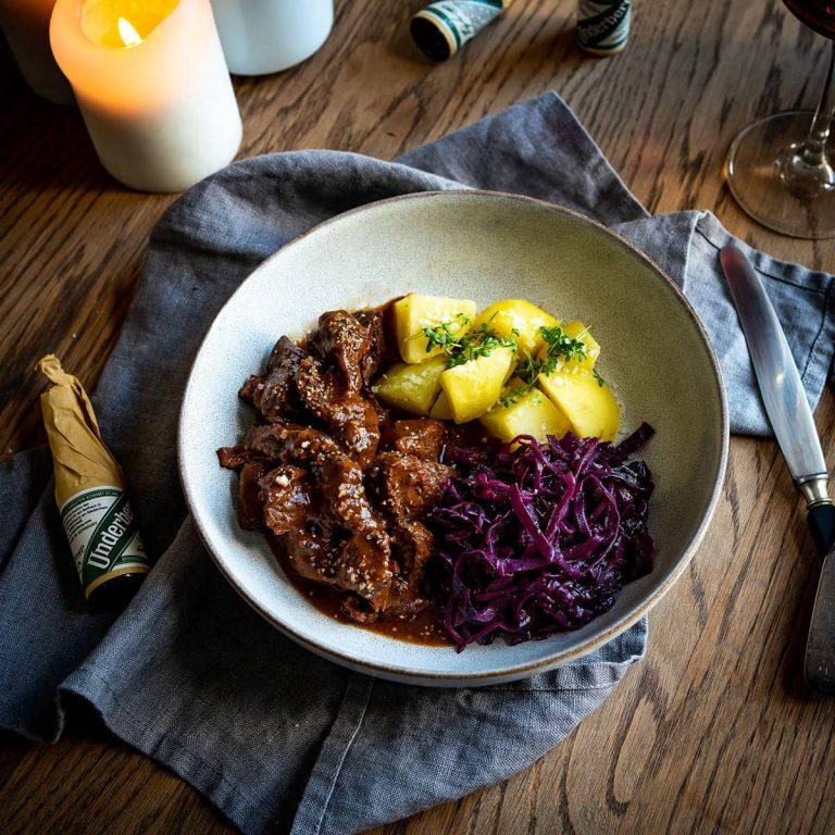 Wildschweingulasch mit Salzkartoffeln und Rotkohl