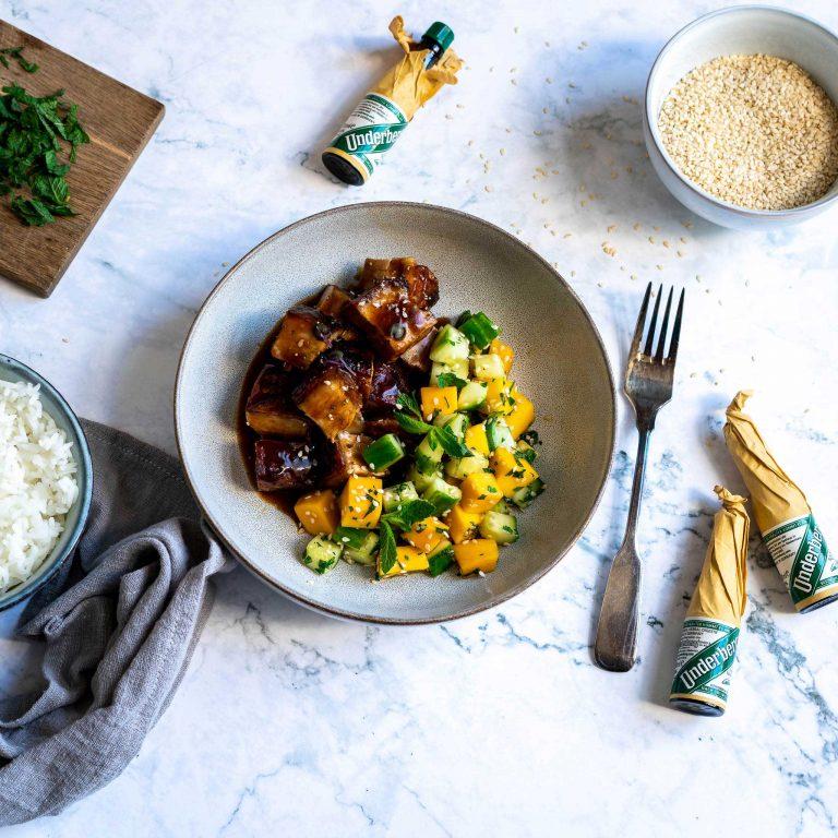 Zarter Underberg-Schweinebauch mit Mango-Gurken-Salat